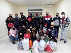 Alunos da Porthal doaram mais de 6 mil peças de roupas e mais de 50kg de alimentos em Gincana